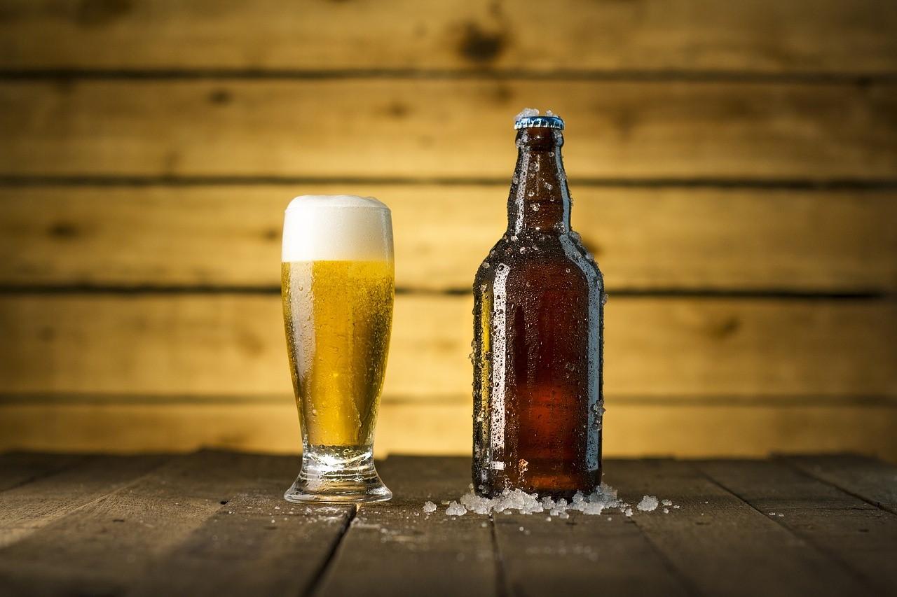 verre de bière et bouteille