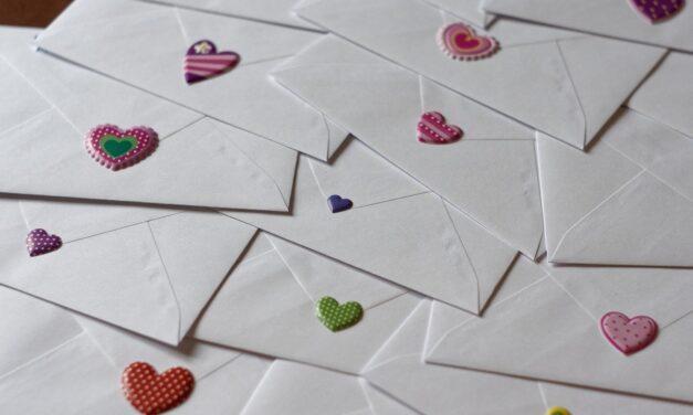 Chaque type de papier d'invitation de mariage et de style d'impression à considérer