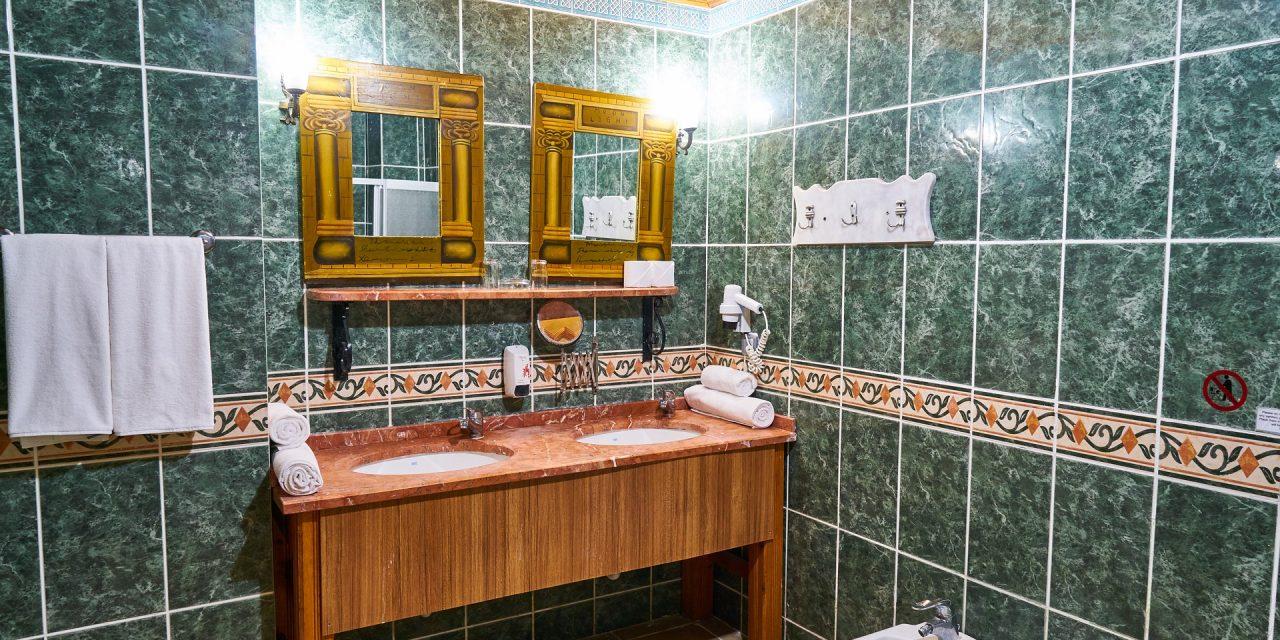 Encadrement des miroirs de salle de bains.